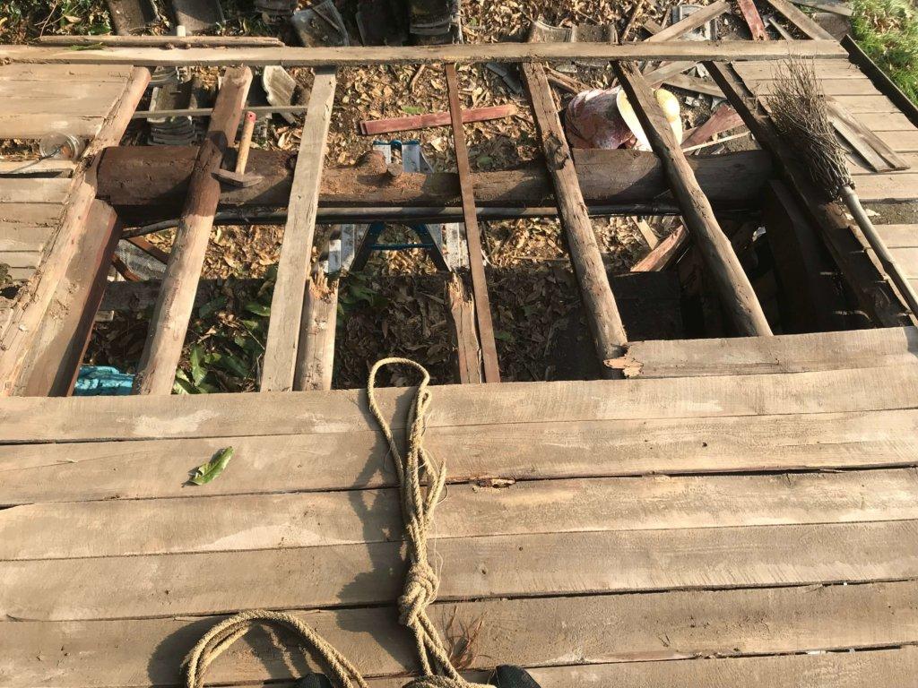 腐った屋根の板を剝ぐ