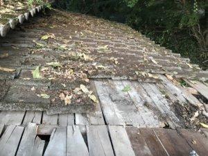 屋根から瓦を下ろす-途中-